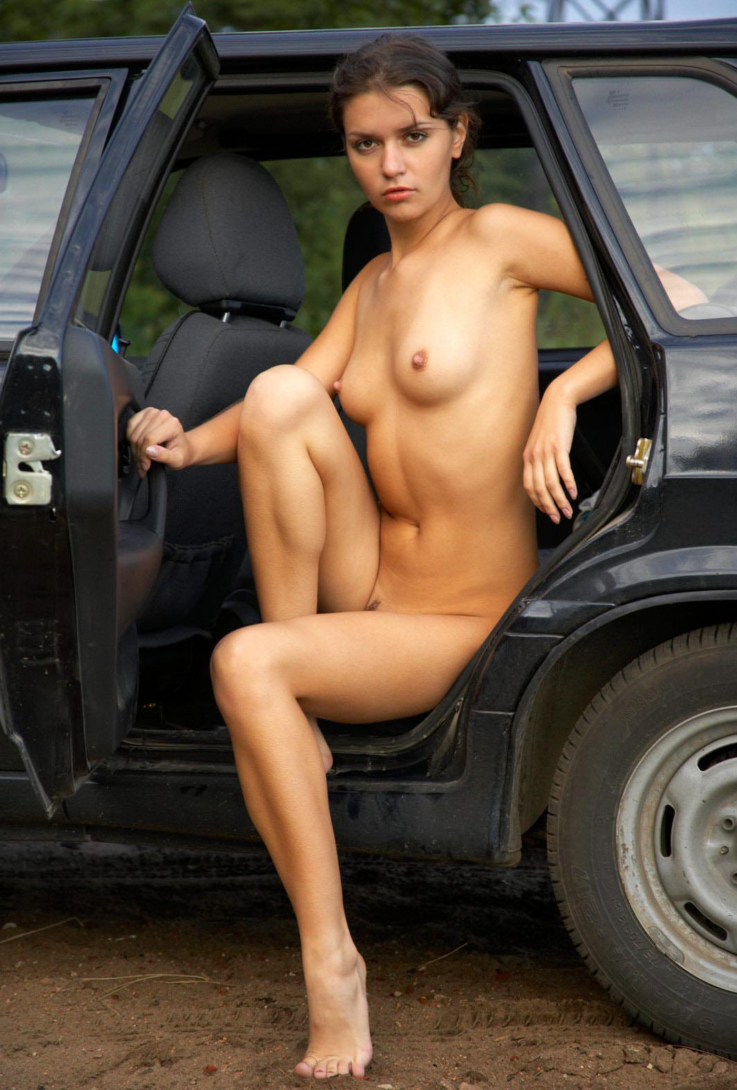 Девушка разделась в машине