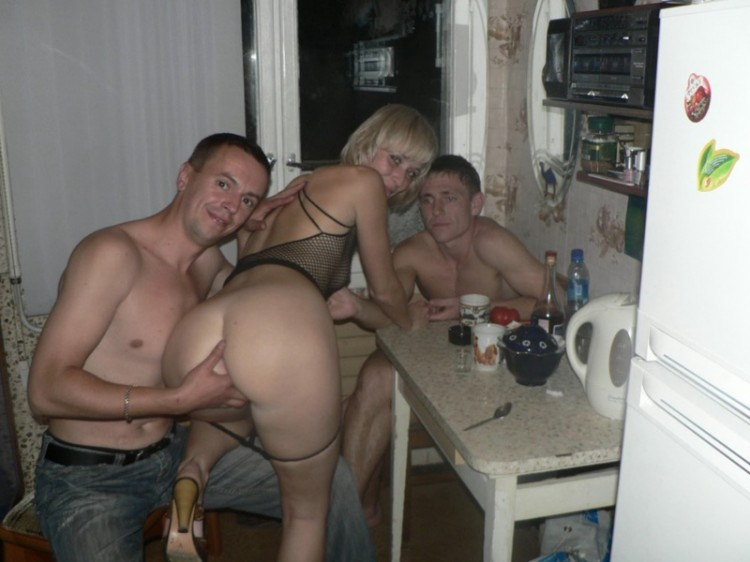 Пьяная Жена На Кухне Сосет