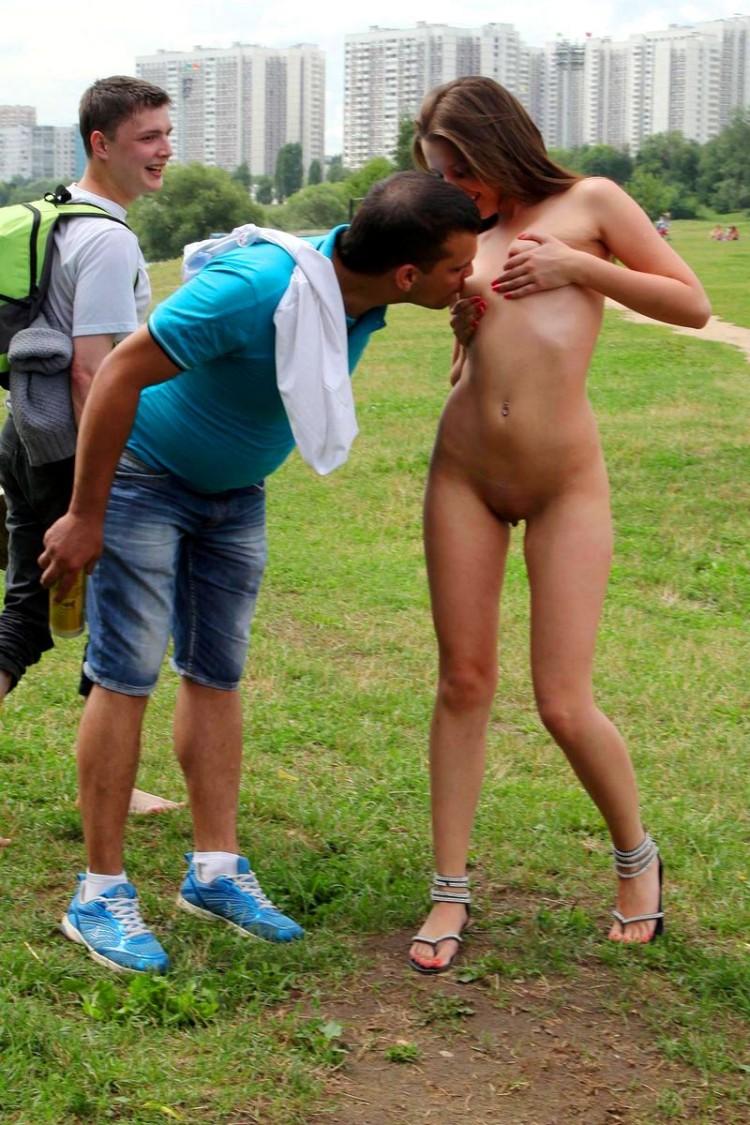 Обнаженная девушка перед мужчинами